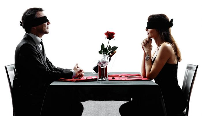Muốn yêu mãi mãi, hãy...mù quáng mãi mãi!